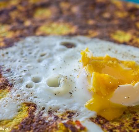 Chia pandekage med rød peber og porcheret æg